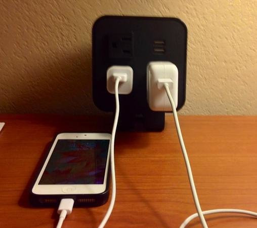 Hampton Inn Miami Dadeland: I love these these handy outlets!