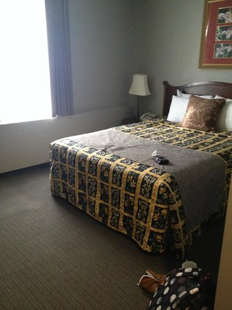 King Edward Hotel: Queen bed room