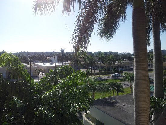 Boca Raton Plaza Hotel and Suites: Sunrise from our balcony