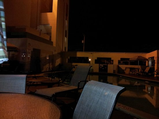 Boca Raton Plaza Hotel and Suites : Relaxing evening by the pool and tiki bar