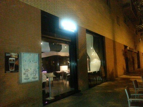 Domo Restaurant & Lounge Bar: La vitrine exterieure