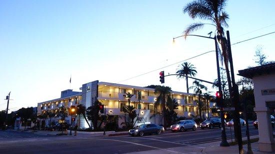 La Quinta Inn & Suites Santa Barbara Downtown: Front of hotel