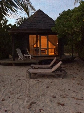 Kuredu Island Resort & Spa: villa at night