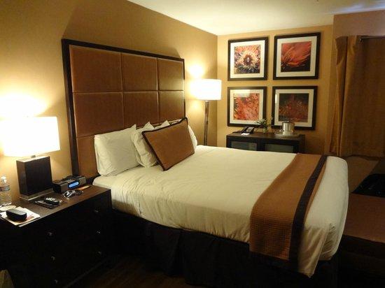 Mariposa Inn and Suites: cama