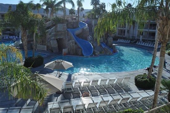 Palm Canyon Resort & Spa: Poolside area