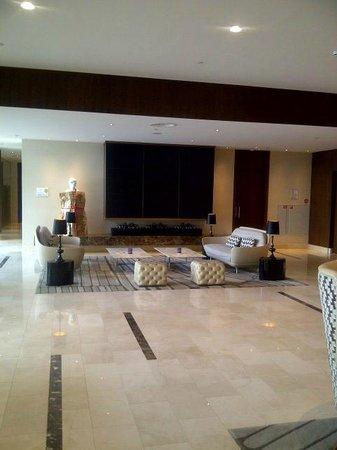 Hilton Rotterdam: Sitting area in lobby