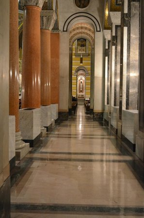 Cathedral Basilica of Saint Louis : A passageway