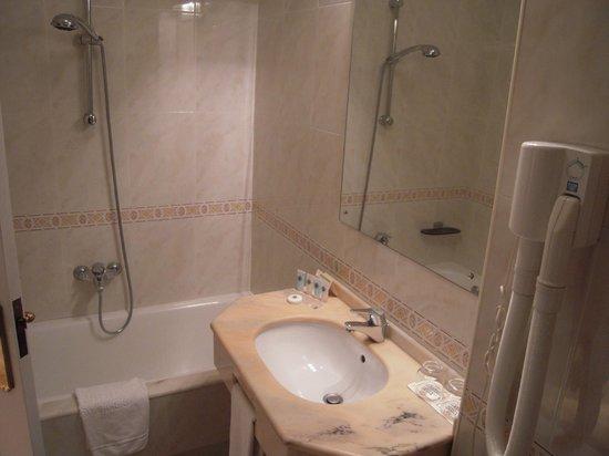 Hotel Santiago Apostol: Baño completo