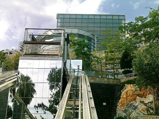 Kervansaray Resort: Lift from beach to hotel