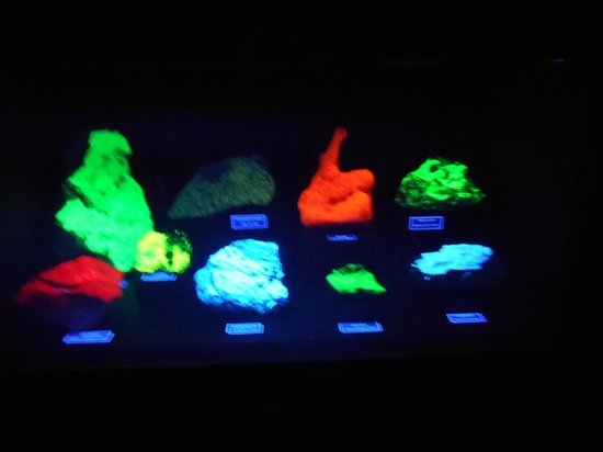 Mineral Museum of Michigan: Under the black light