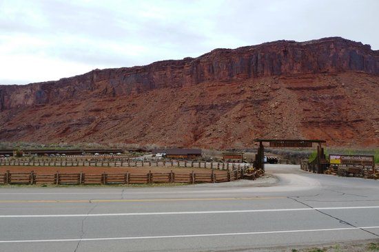 Red Cliffs Lodge: Hotel gate