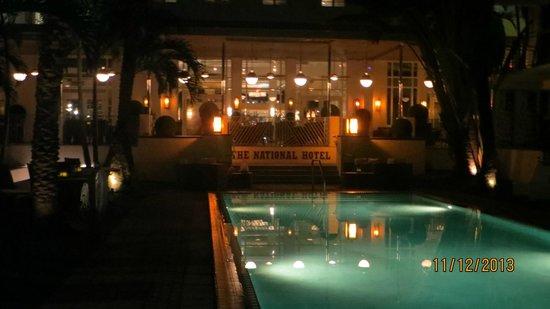 National Hotel Miami Beach: zona de la pileta en el National de noche