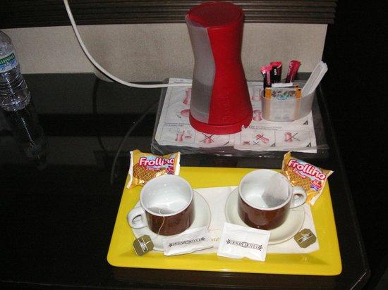 Hotel Derby: Bollitore con fornitura di tè e caffè solubile