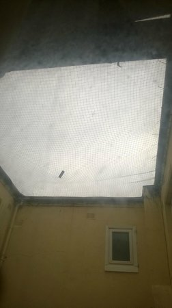 Claremont Hotel: Prison standard netting.