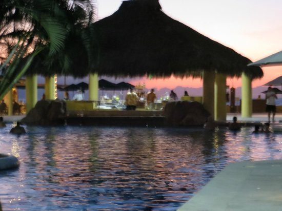 Canto Del Sol Plaza Vallarta: Gorgeous sunset as seen from the pool