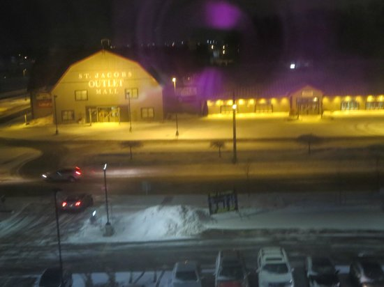 Holiday Inn Express Hotel & Suites Waterloo - St Jacobs : St Jacobs Outlet at night