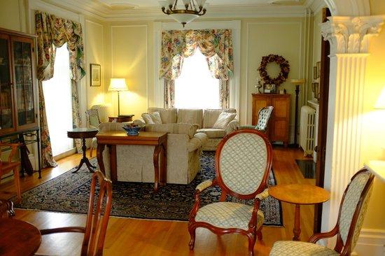 Homeport Historic B&B / Inn c 1858: Center Room