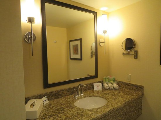Holiday Inn Express Hotel & Suites Waterloo - St Jacobs: Bathroom