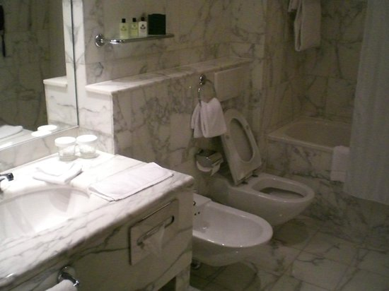 InterContinental Prague: White marble bathroom from the 80's!