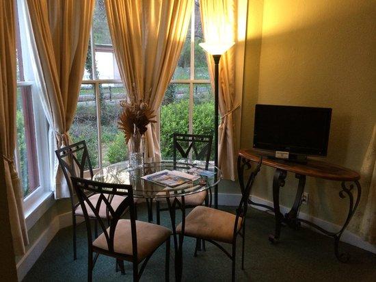 Alpine Inn: sunny dinning room