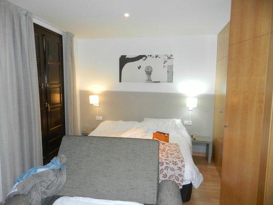 MH Apartments Opera Rambla: Master bed