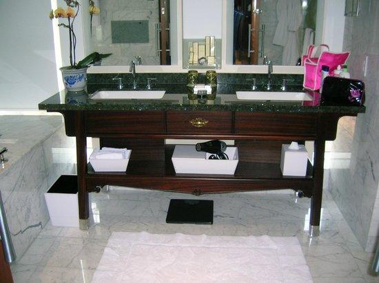 Shangri-La Hotel Toronto: Deluxe One-Bedroom Suite Master Bathroom