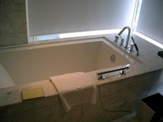 Shangri-La Hotel Toronto: Deluxe One-Bedroom Suite Bath tub