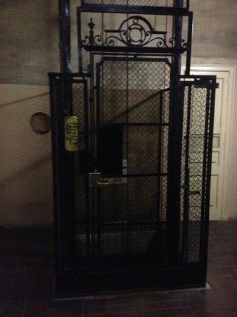 elevador do Hostal Girona