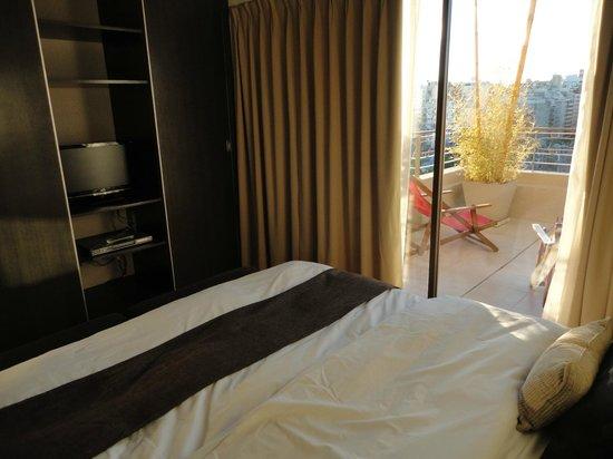Urban Suites Recoleta Boutique Hotel: Balcón corrido contiguo a la habitación con doble salida al comedor