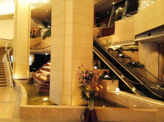 ANA Crowne Plaza Hotel Kanazawa: Water fall in front lobby