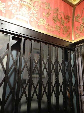 Cornell Hotel de France: Antique elevator (not Otis)
