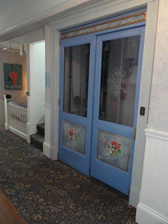 Cornell Hotel de France: Entrance to elevator