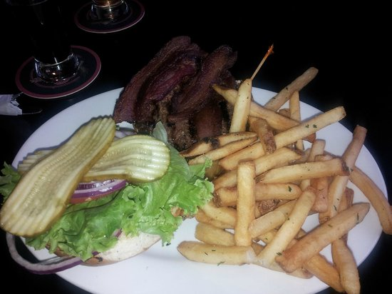 Elliott Bay Brewhouse & Pub: Bacon burger and fries