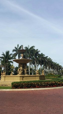 The Breakers: fountain in front - palm beach!