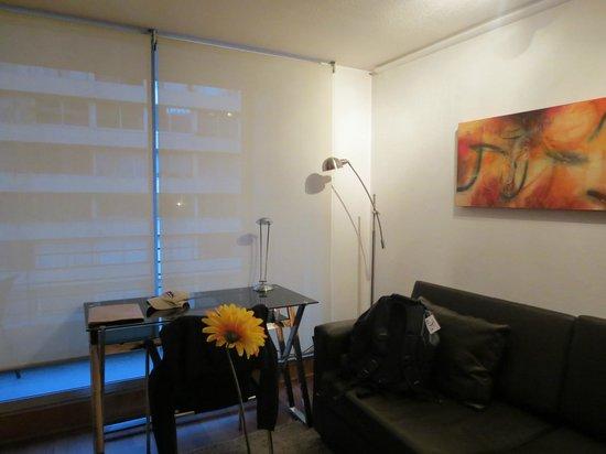 Austral Suites: Sala (ao fundo prédio que fica em frente ao apartamento)