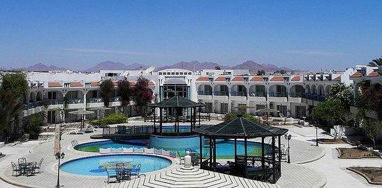 Al Bostan Hotel: Внутренний двор с бассейном. Вид с балкона