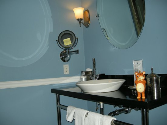 The Portofino Hotel & Marina, A Noble House Hotel: Larger bathroom