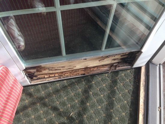 Homewood Suites by Hilton Kansas City Airport : Outside of the door was splinters, inside was duct tape