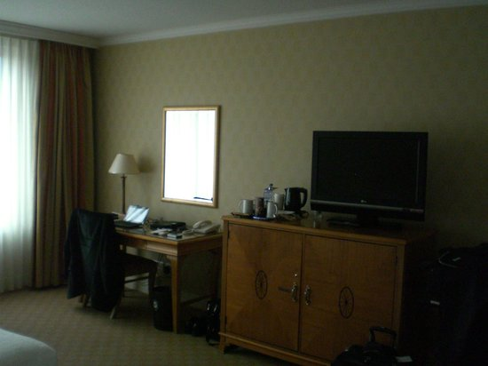 Sheraton Warsaw Hotel: TV/Work desk area