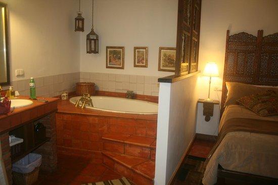 Solar Montes Claros: Sumeria Room - bathtub aside the bed