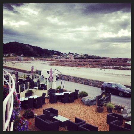 Cobo Bay Hotel: The out-door dining area
