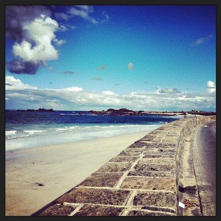 Cobo Bay Hotel: A morning walk along the beach