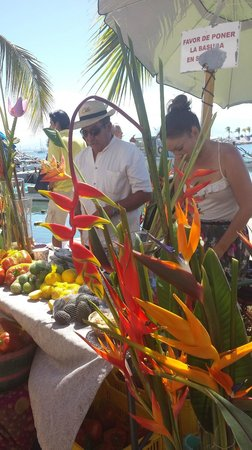 La Cruz de Huanacaxtle Mercado: Great variety of fresh fruits, vegetables, herbs and flowers