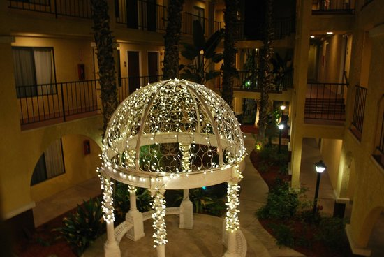 Best Western Moreno Hotel & Suites: Gazebo in the courtyard
