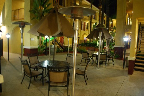 Best Western Moreno Hotel & Suites: Heated patio seating...
