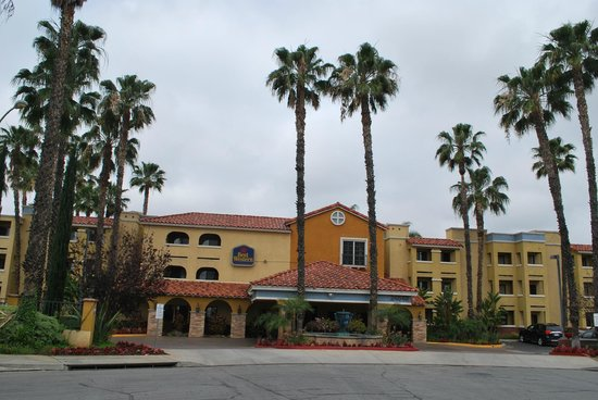 BEST WESTERN Moreno Hotel & Suites: Another shot of the front entrance....
