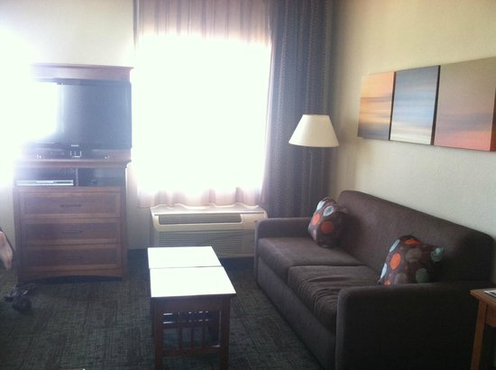 Staybridge Suites Chattanooga Downtown: as you first walk in, the sitting area and TV