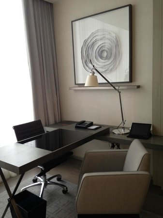 Four Seasons Hotel Toronto : Great desk area