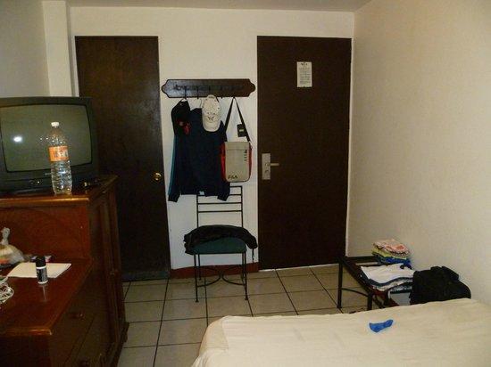 Hotel Posada del Marques: Habitación pequeña, puertas con rendija donde los animales entran