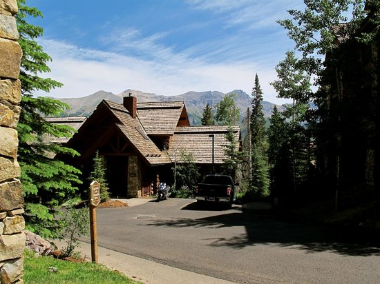 Mountain Lodge Telluride, A Noble House Resort: Driving towards the main lodge